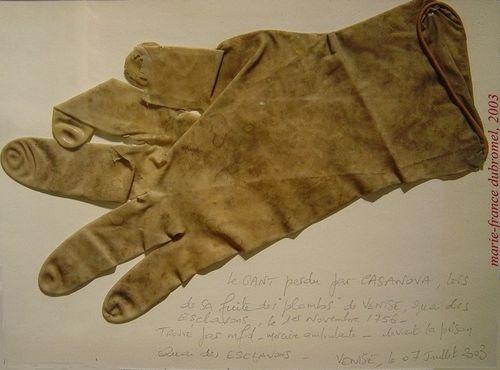 CASANOVA gant trouvé par mfd, quai des esclavons. VENISE, 2003