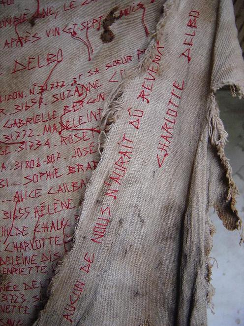 00000 Le convoi du 24 janvier _ Manteau de mémoire pour Chrlotte Delbo et beaucoup d'autres... _mf dubromel, 2002