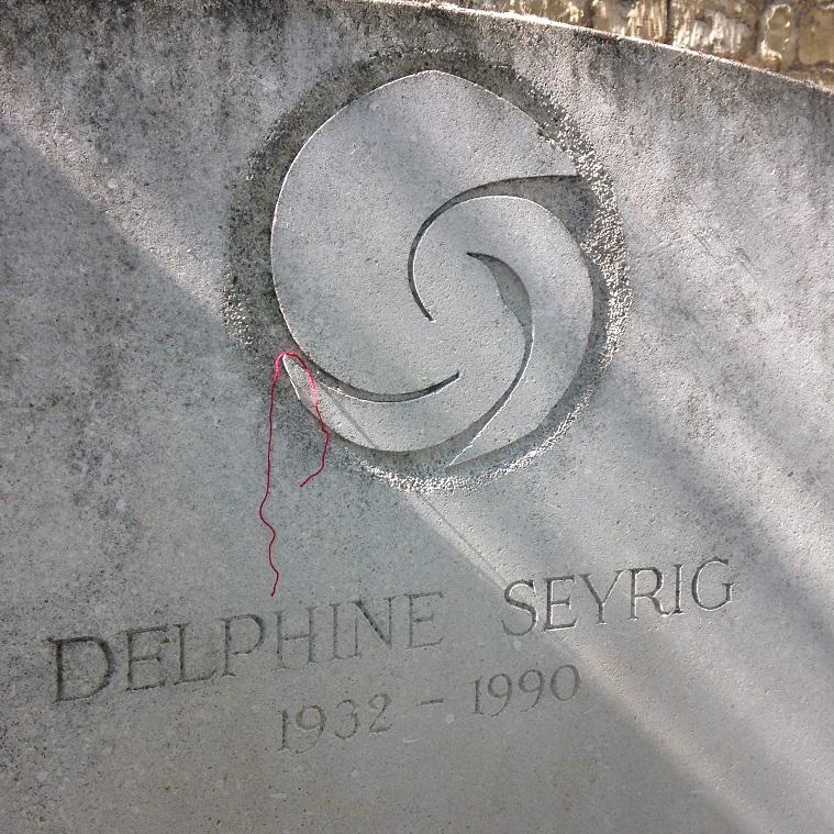 Delphine SEYRIG. Cimetière du Montparnasse.Fil rouge mfd, 09 2015