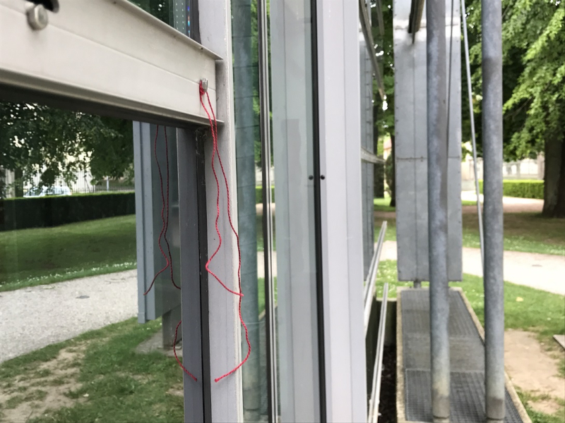 Le fil rouge va où il veut. mfd ARGENTAN Médiathèque 2017 06 23