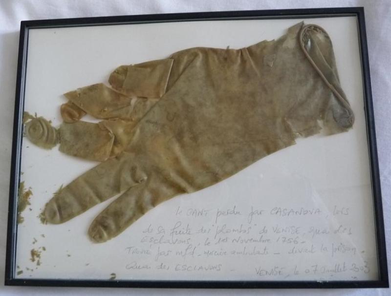 Le gant de Casanova. Glanage  mfd devant la Prison des Doges. VENISE  2003