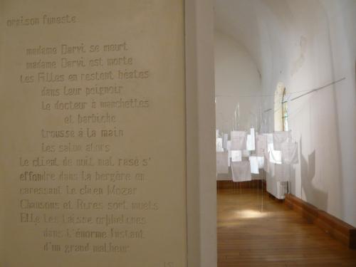 19 Stèle de M.-A. ORELLANA (texte de Jude Stéfan) _Mouchoirs épitaphes_ mf Dubromel EXPO 2010
